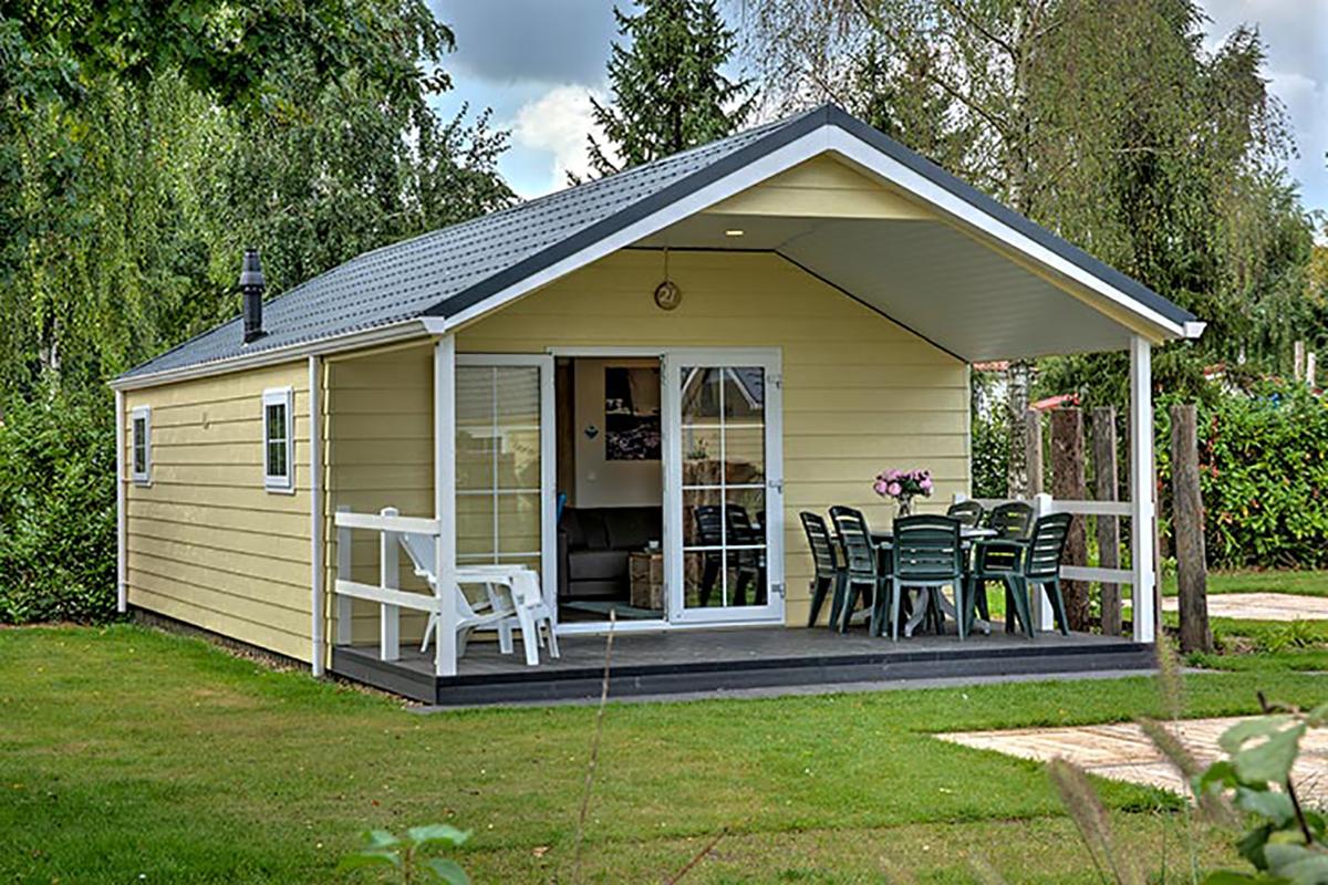 2. Lodge Mobilheim in gelb mit großer überdachter Terrasse
