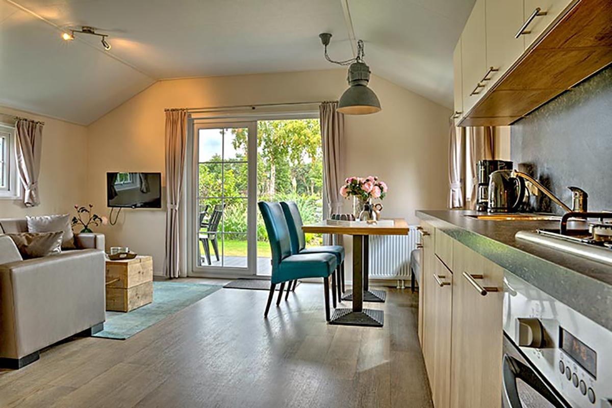 4. Lodge Mobilheim mit Standard Küche in hellen Farbtönen