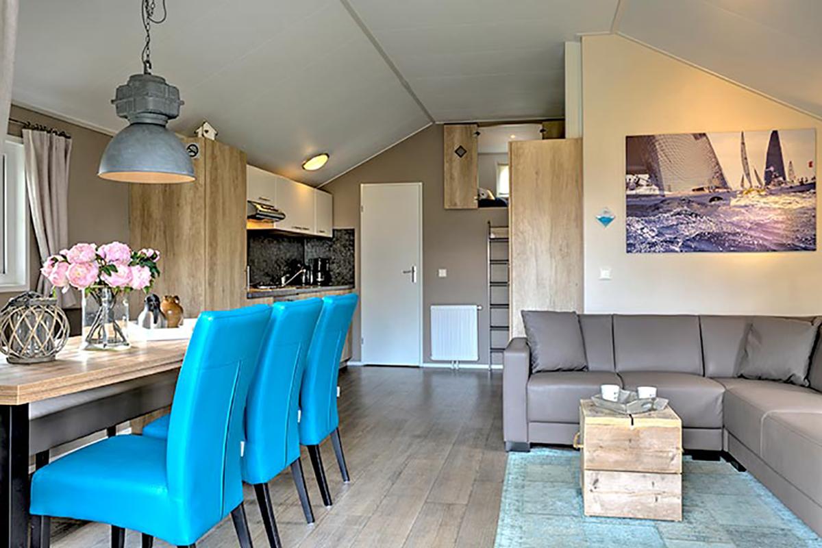 5. Lodge Mobilheim mit Wohn- und Essbereich