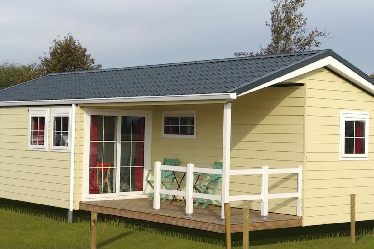 3. Charleston Mobilheim überdachte Terrasse mit Geländer aus Holz