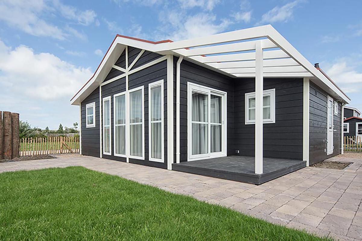 1. Carlington Mobilheim Frontansicht mit Design-Dachüberstand
