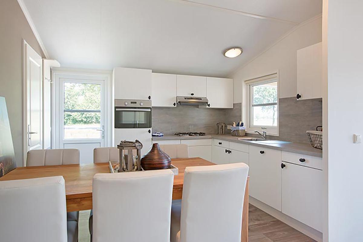 4. Carlington Mobilheim Standard-Wohnküche in weiss