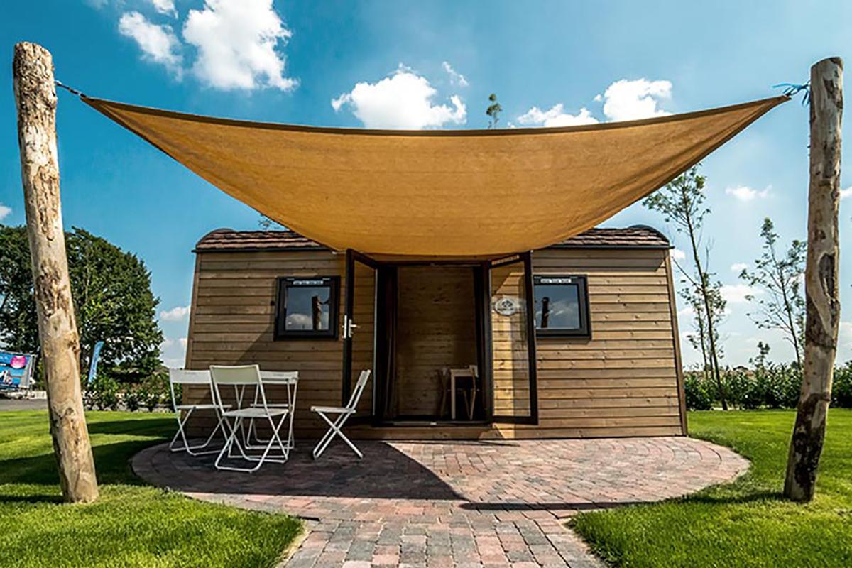 1. Woodlodge Mobilheim Seitlich mit gespanntem Vordach